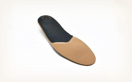 衝撃吸収材で、歩くときの足裏の衝撃からカカトの骨が守られます。